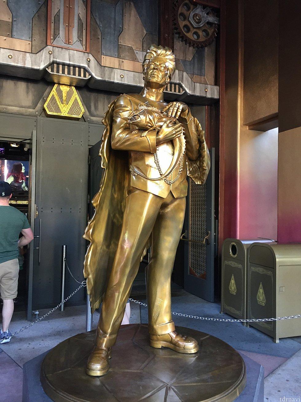 入り口にはコレクターのティヴァンの銅像が。