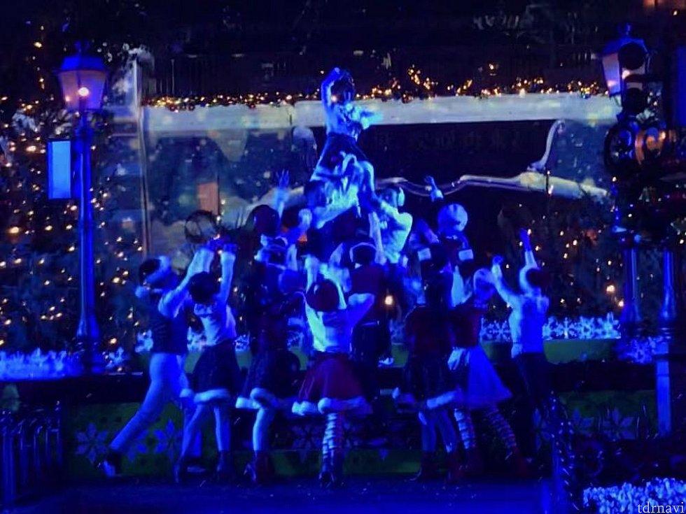 ダンサーさんによるダンスはかなり見応えがあります! リフトでツリーに!?