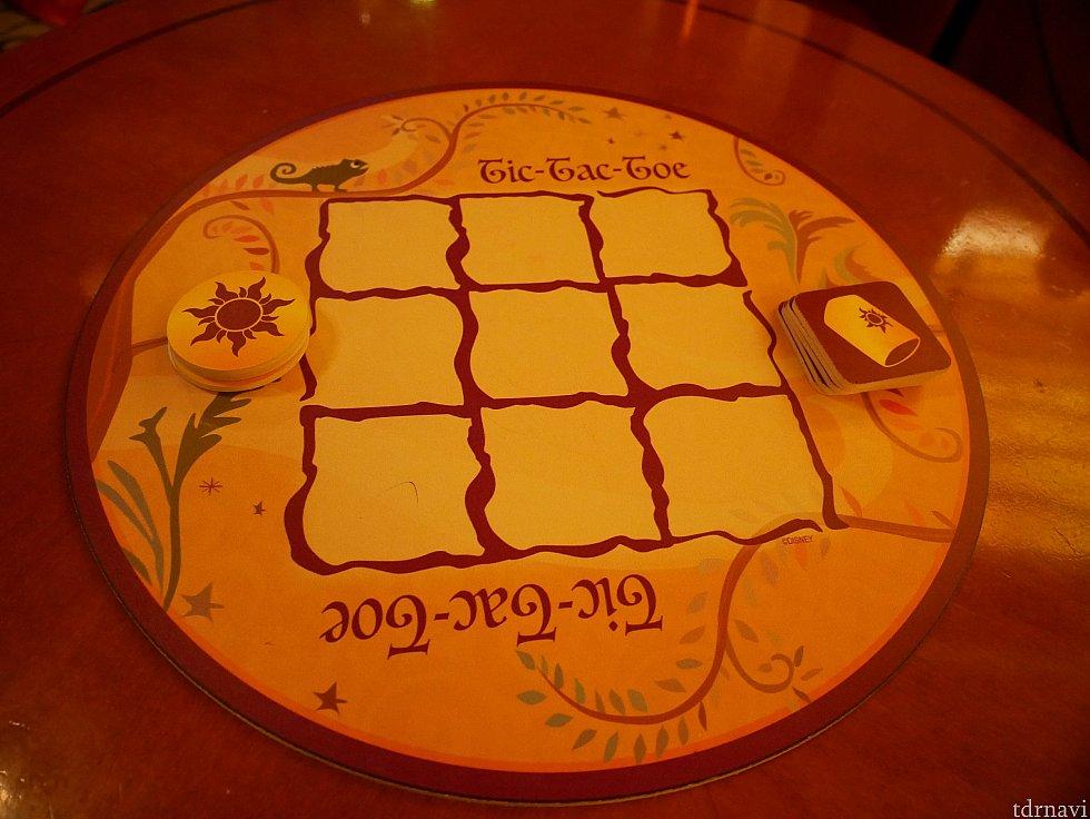 食事の前にいた席では、卓上にこんなマルバツゲーム的なものが置かれていました。