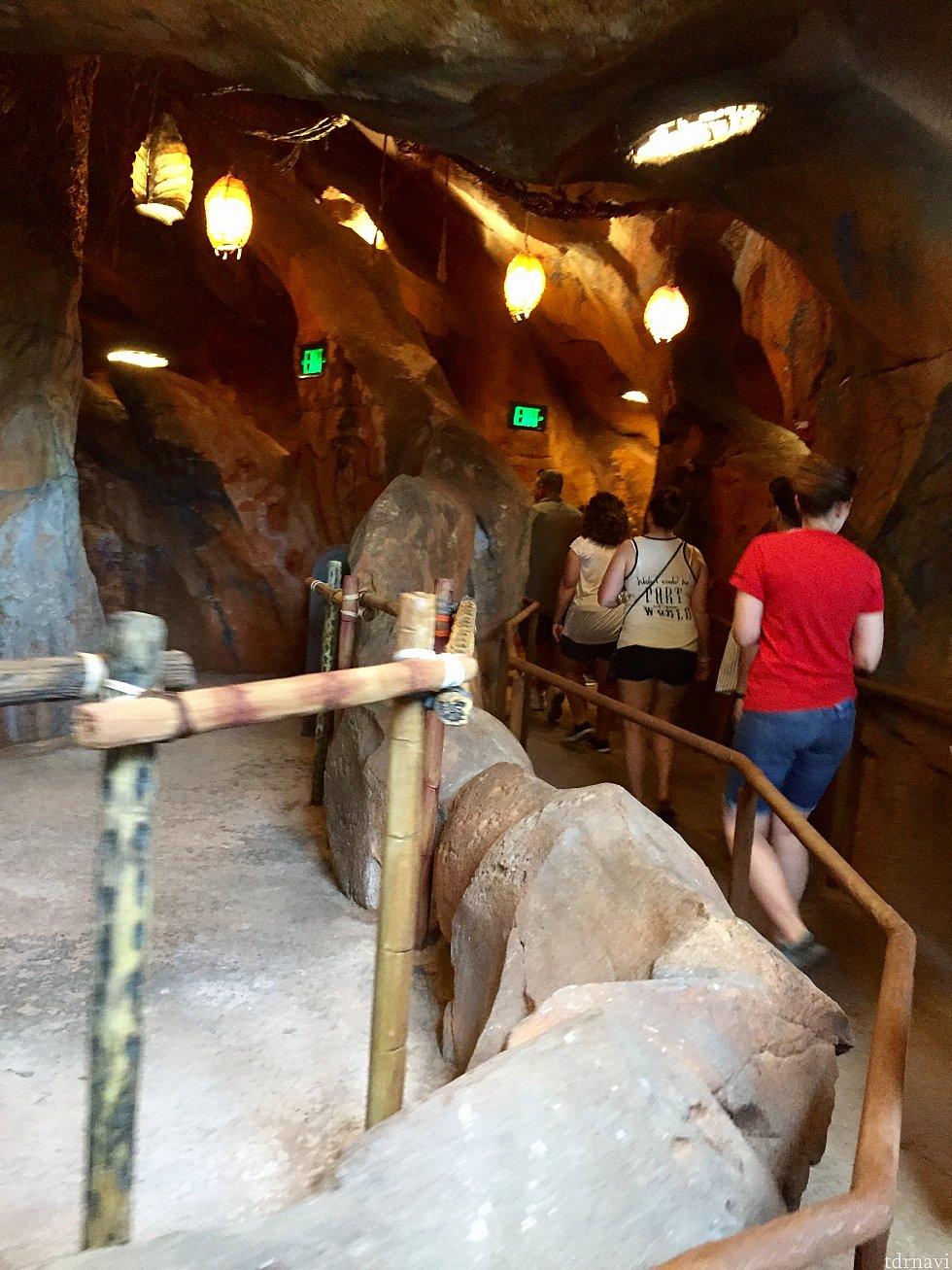 洞窟のようなところに入って行きます。