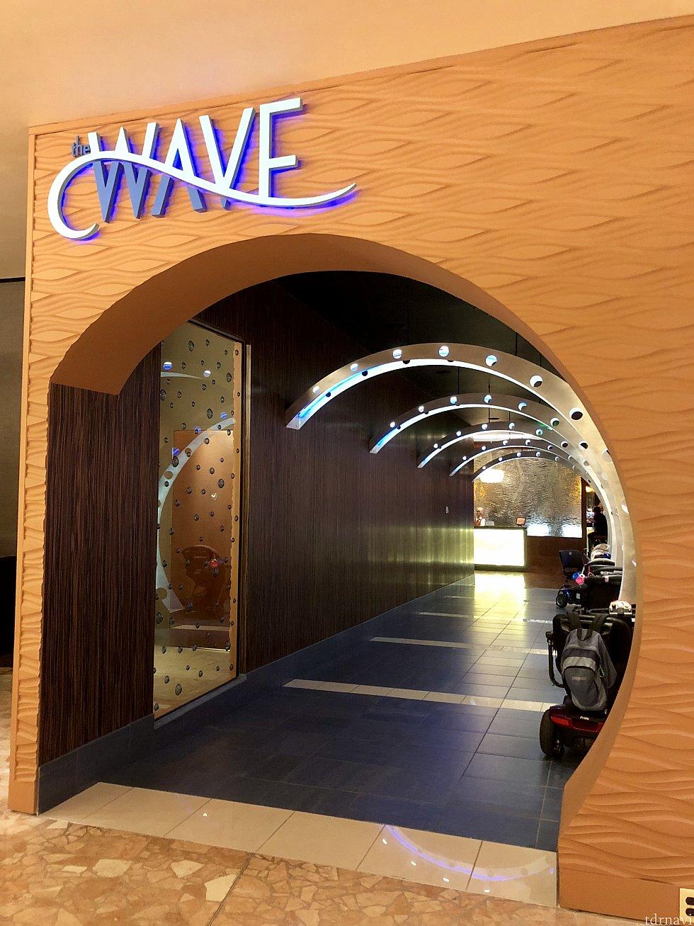 印象的な入り口のトンネルを抜けてレストランに入ります。