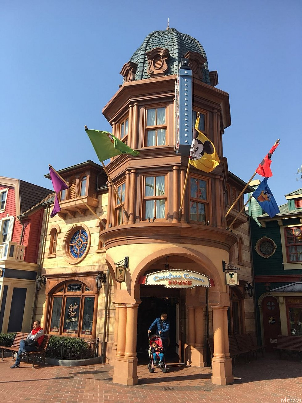 """ミッキーアベニューに入ってすぐ右側にある""""美妙记忆屋""""です。 ピントレ関連グッズや限定ピンはここをチェック✅してください。"""