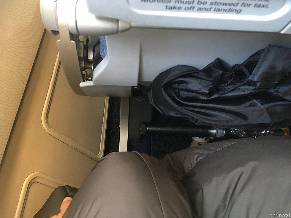 羽田→北京便の席間はこれぐらいの間。ほかの便もこれぐらいでした。羽田発着便は3時間ほどなので問題なし。パリ発着便もそこまで気にならなかったかな
