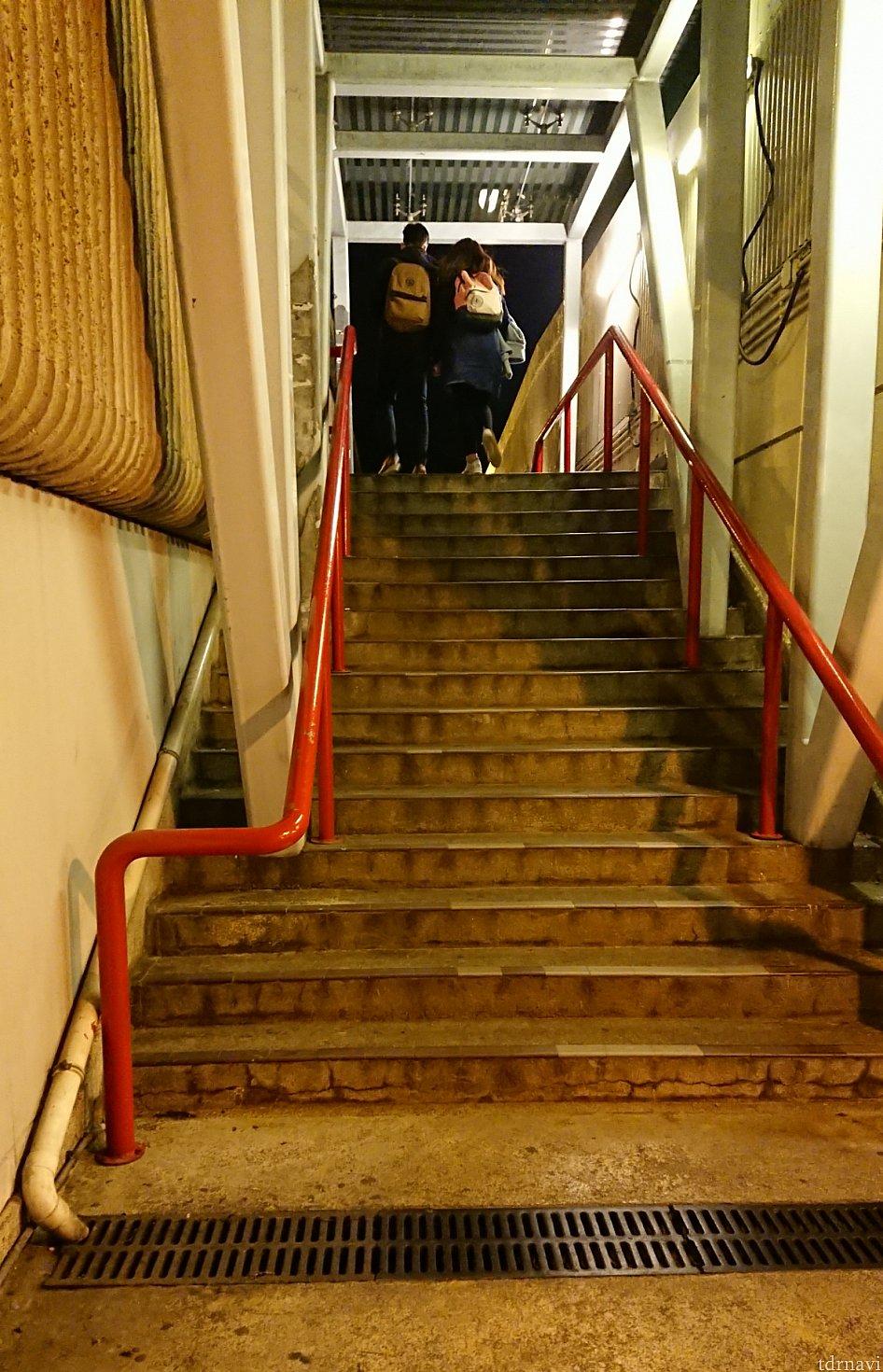 のぼると右手に見える階段をまたのぼるとバス停が見えます。