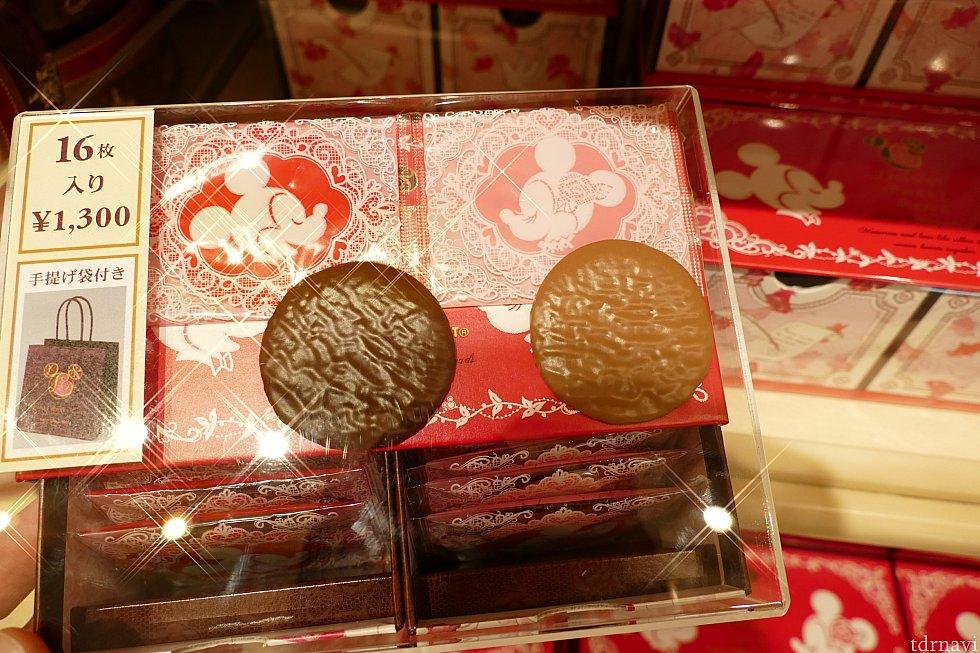 チョコレートクッキー! 薄いクッキーにチョコレートがコーティングされてます! 甘いものが苦手でも軽く食べれそう! 可愛い引き出しスタイルのボックスに入って1300円!