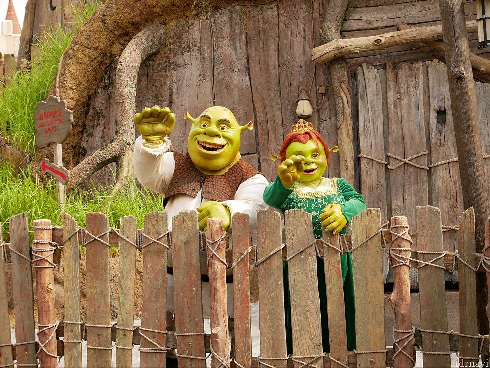 なんとシュレックとフィオナ姫がシュレックのおうちの前でグリーティング!!!