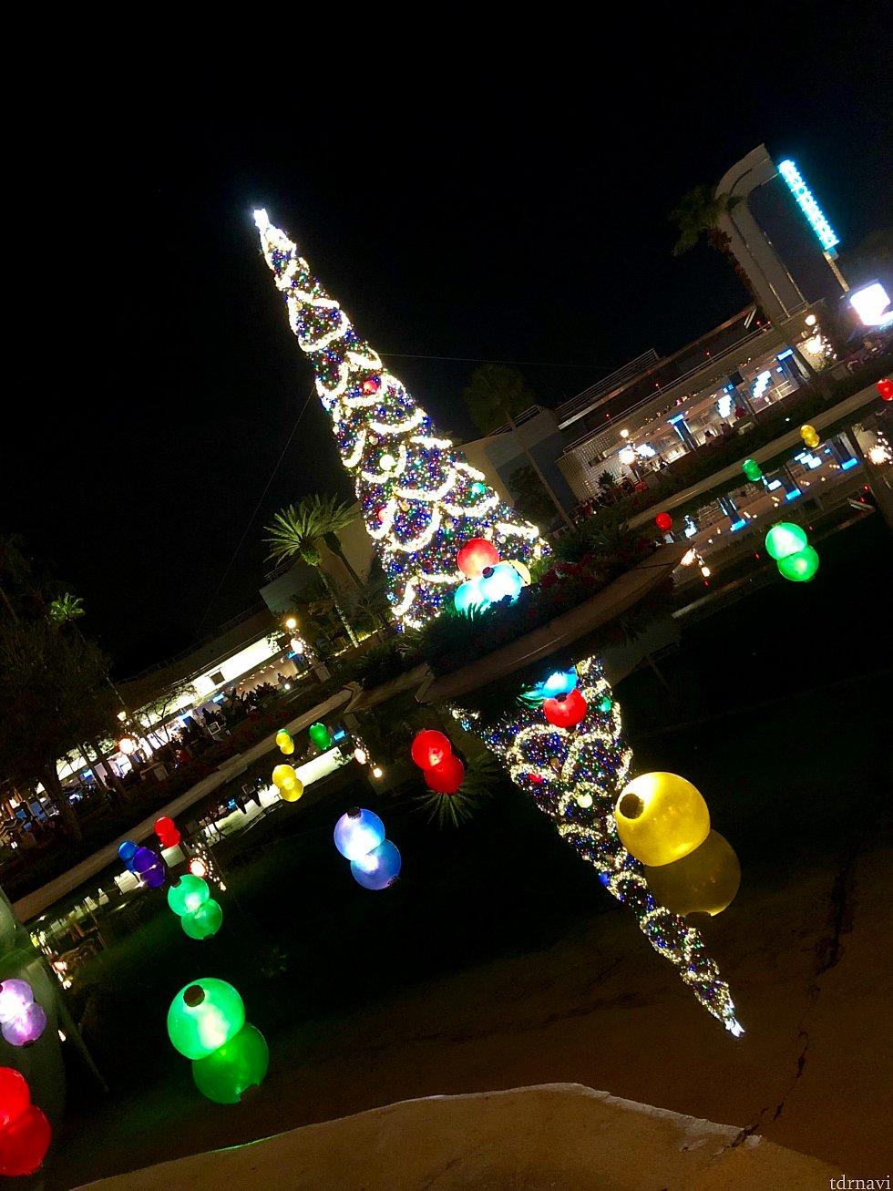 クリスマスツリーは何処にあるのかと言うと、インディージョーンズのスタントショーの目の前のエコレイクの中に。フォトパス専用の撮影エリアが人気で、ゲスト達が列を作っていました。