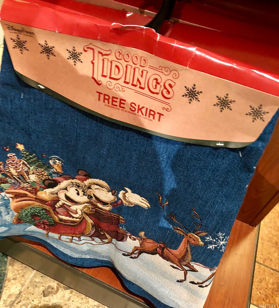 こちらはツリースカートと言って、クリスマスツリーの下に敷く丸い敷物です。古いトラディショナル風なデザイン。