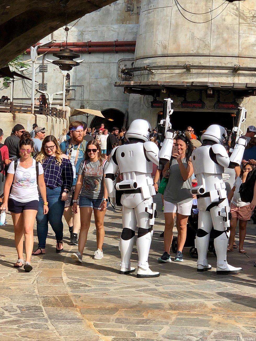 Stormtrooper 達もこのエリアでよく見かけました。ゲストとの絡みが多く、結構自由な会話をしていました。