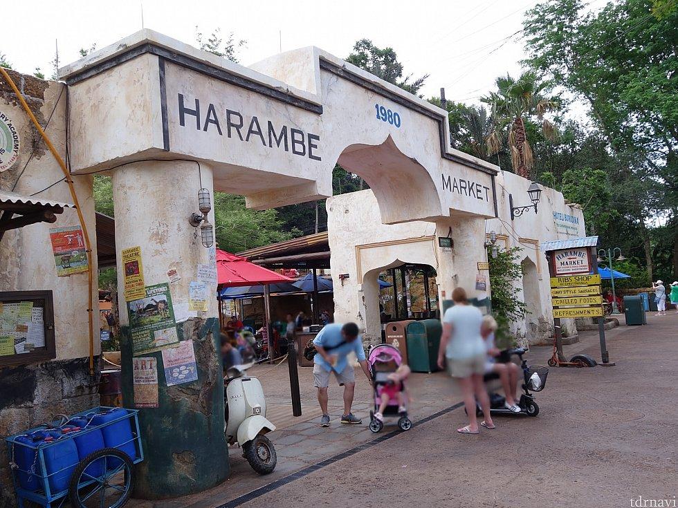 ハランベ・マーケットの入口です。柱のポスターとか古めかしい感がすごいです。