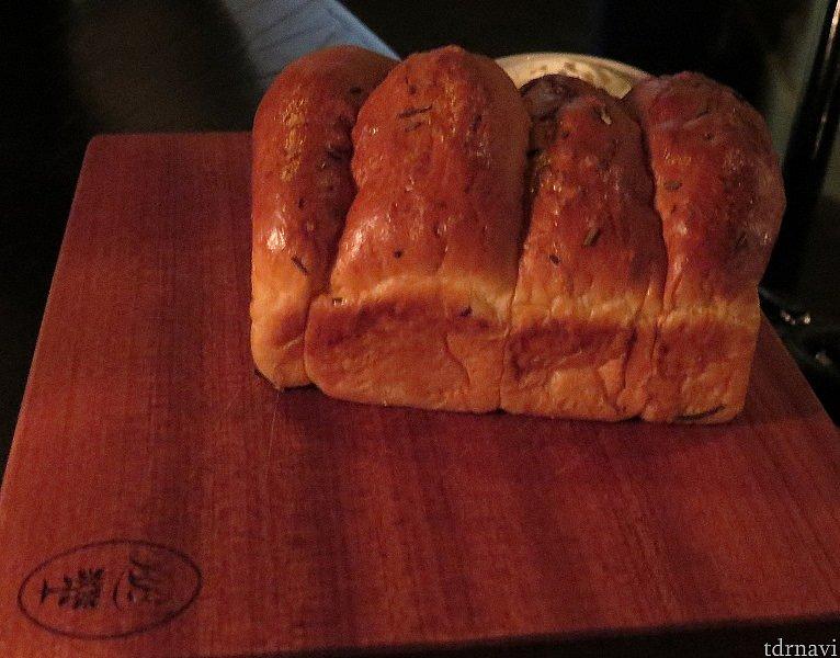 ブルーバイユーのパン。お代わりできます。