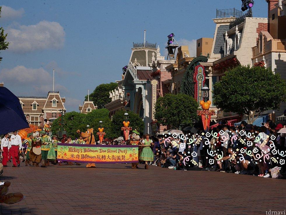 パレードはパークのエントランス側から始まります‼️ 今年は逆光じゃなくてよかったー😆