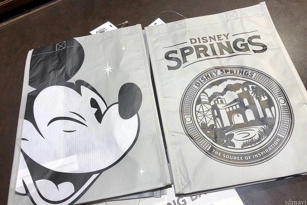 ディズニースプリングス内で購入可能なリサイクルバッグはモノクロームカラーでオシャレ。この場所では一人当たり10個まで購入可能と言われました。前回は5個までと…全くアメリカって所はいい加減な。