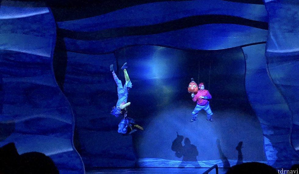 マーリンとドリーが空中で泳ぐシーン