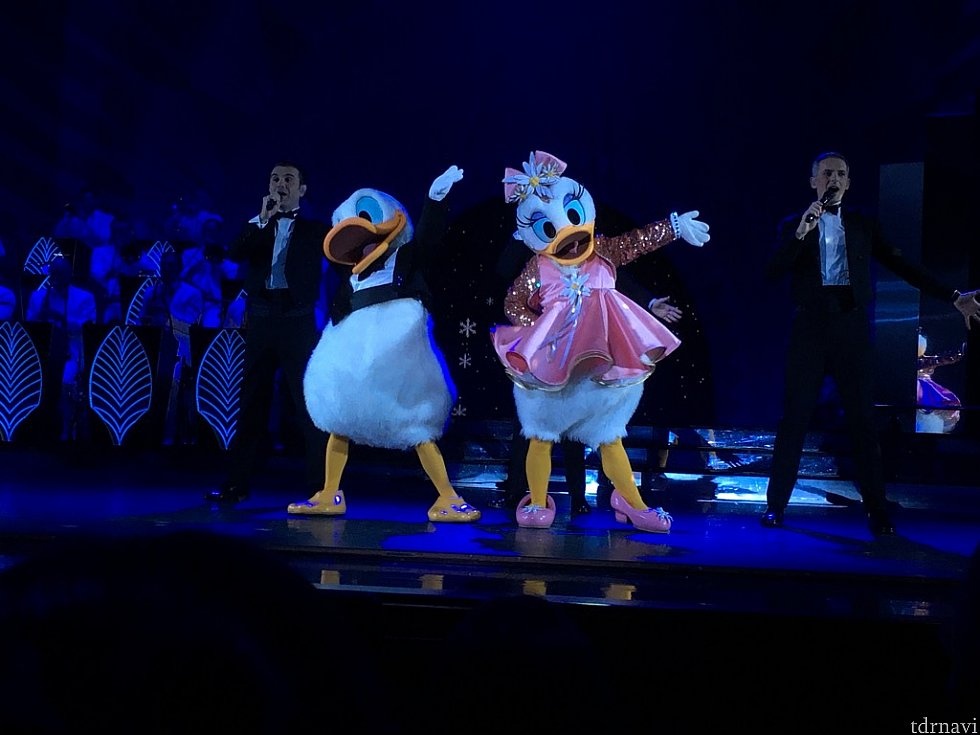 客席からデイジーが登場し、ラブラブなダンスを披露