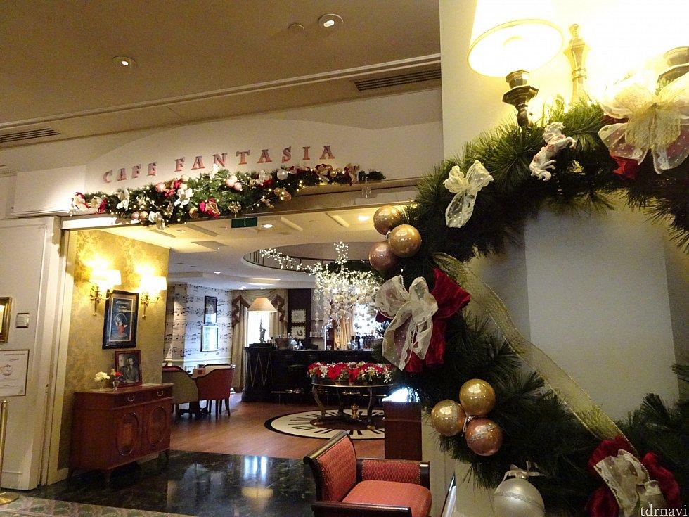 ラウンジ入り口、ホリデーシーズンなので素敵なクリスマスの装い
