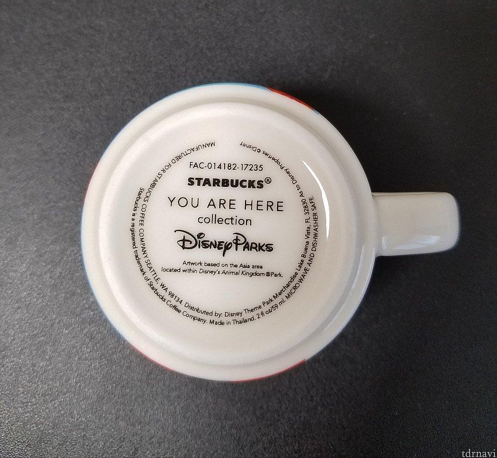 マグカップ、オーナメント共に裏面には Disney Parks と記されています。