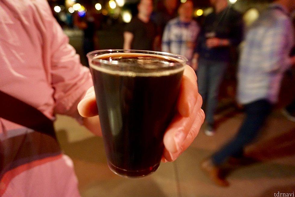 Duck-Rabbit Milk Stoutと言うビール。友達のオーダーしたものを味見。幸運にも鴨風味でもうさぎ風味でも、ミルキーでもなかったです。(笑) 名前の由来が謎ですが、軽いビールだそうです。