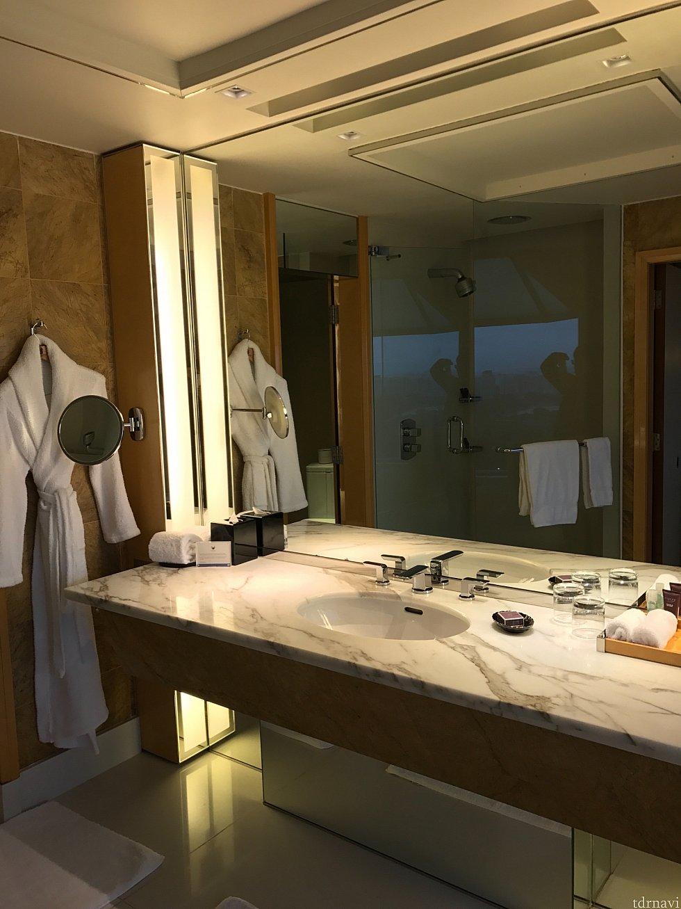 バスルームも広いです。 アメニティはイギリスのアスプレイ。
