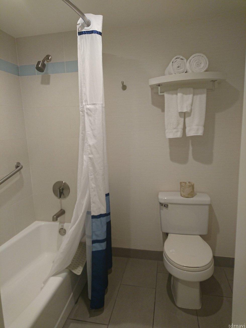 広々したバスルームでした。