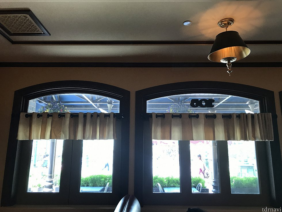 室内の窓側席