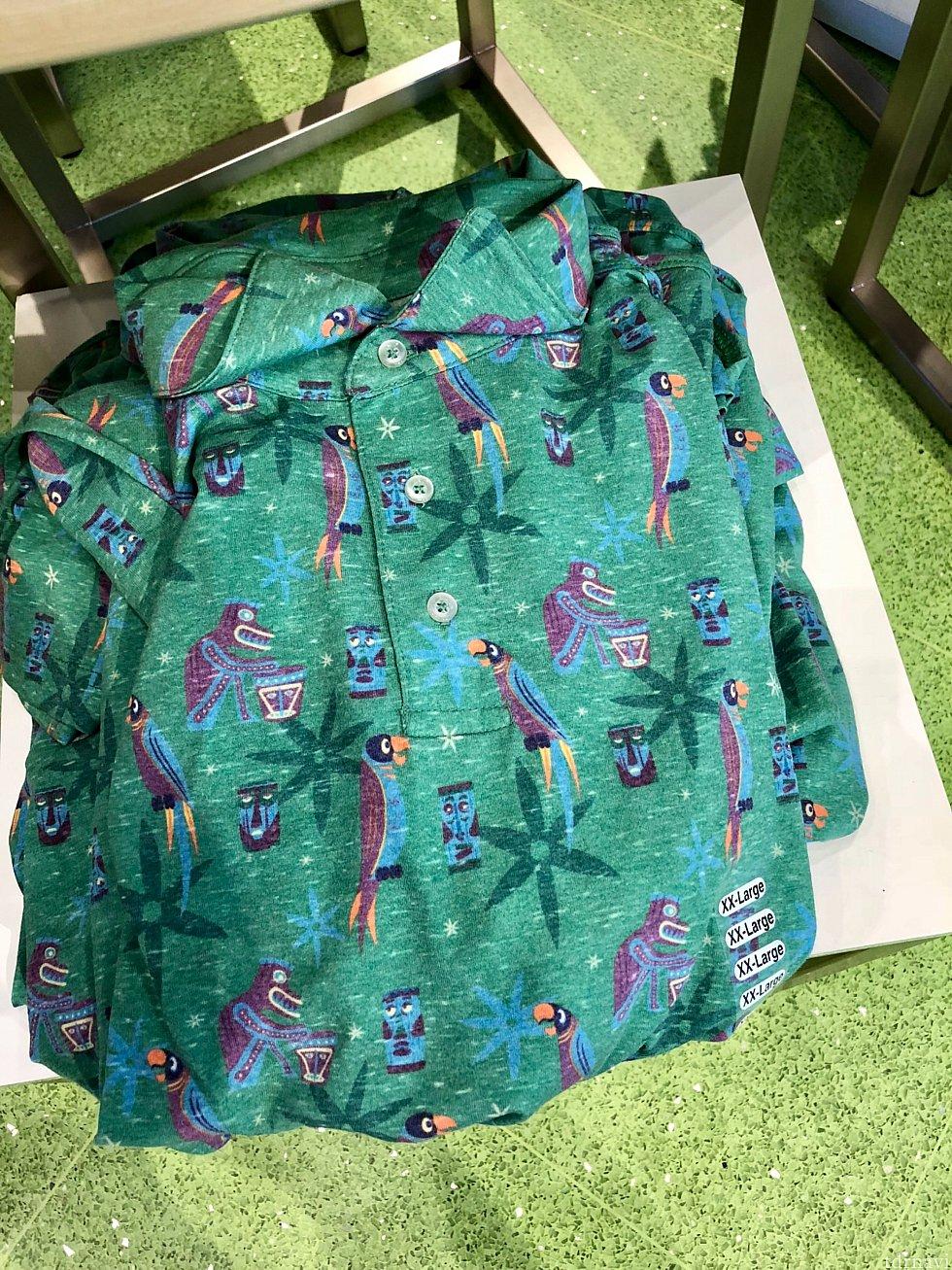南国風なポロシャツ。もちろんチキルームです。