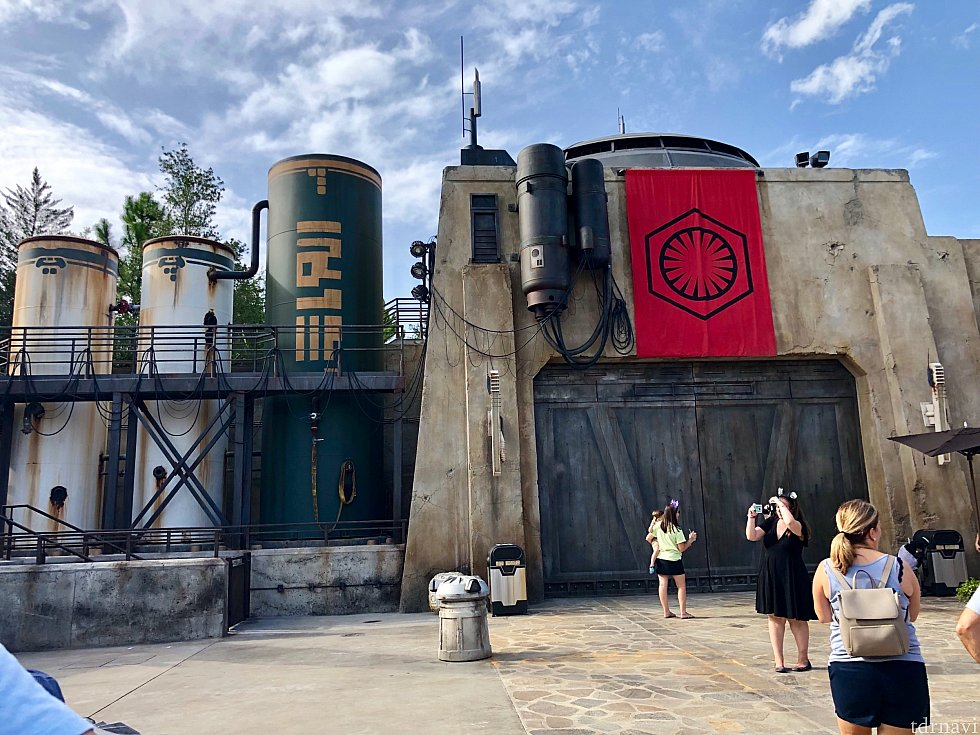 大きな扉の格納庫が多く、帝国軍のテーマと共に中から敵軍のスペースシップが登場しそうです。ファーストオーダーの赤いフラッグもカッコイイ!