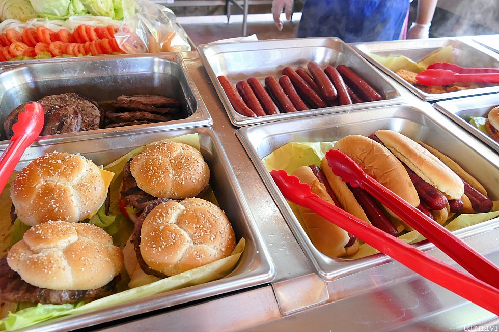 ハンバーガーやホットドッグは味がついていません!フードをとり終わった所にケチャップなどがあるので、お好みの味付けをすることができます♪また、コールスローなどを挟むこともできます!