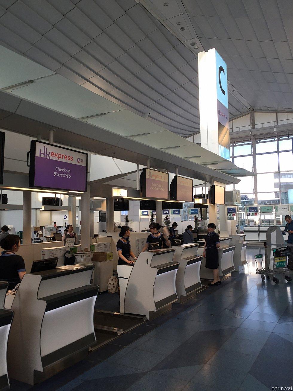 朝5:30分の羽田空港チェックインカウンター。空いています。