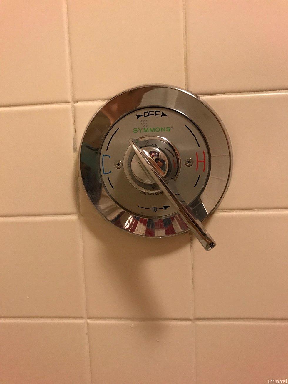 お風呂場の蛇口です 反時計回りに『C』と書いてある方の真ん中あたりまで回すとちょうど良いお湯がでました