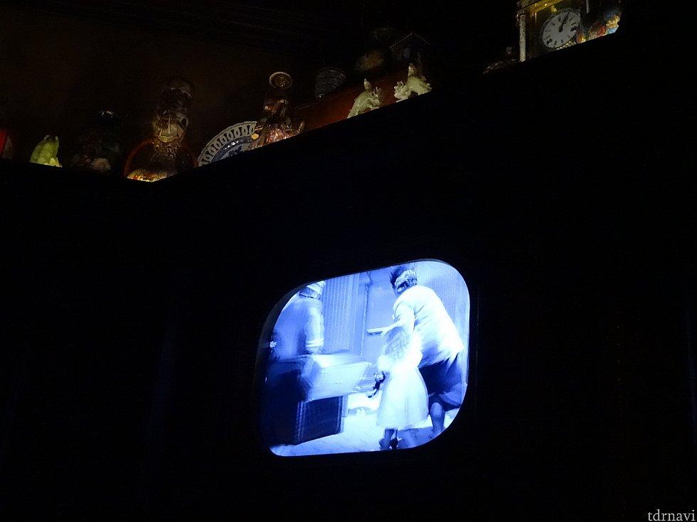 プレショーの様子。暗くてすみません。しばらくトワイライトゾーンの気持ち悪い映像が流れます。