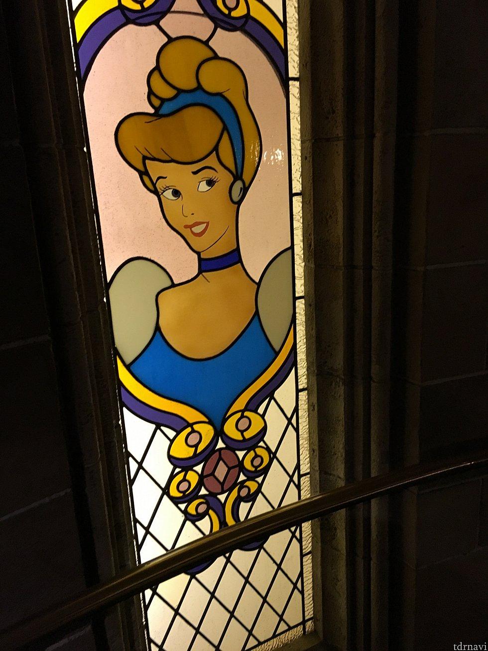 階段途中のステンドグラス