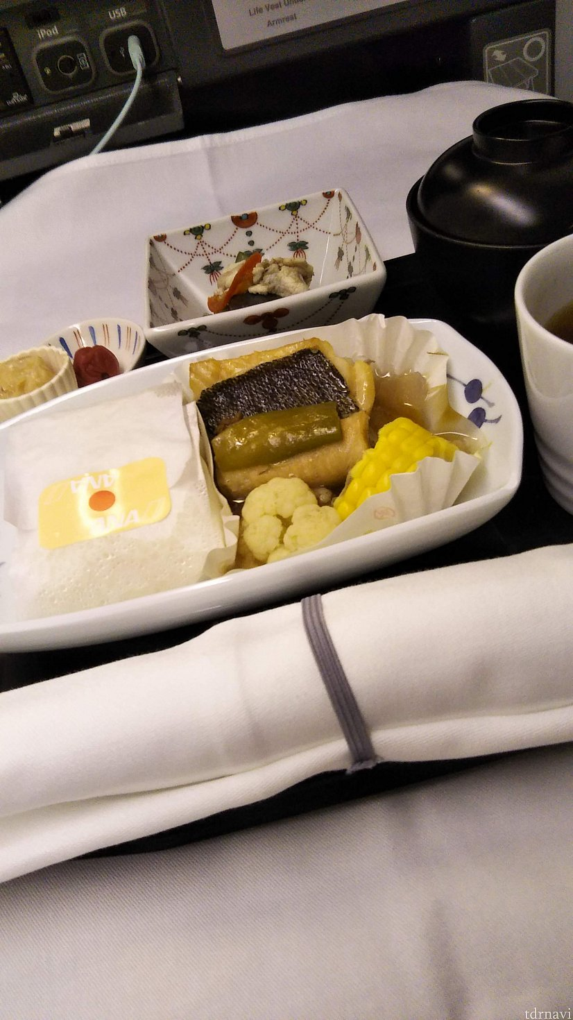 また少し寝て、朝ごはん。 寝ることと食べることしかしていない・・? 朝ごはんは和食の俵ご飯を頼みます。 WDWに行ったらおいしいお米があまり食べれなくなるからなあ・・。