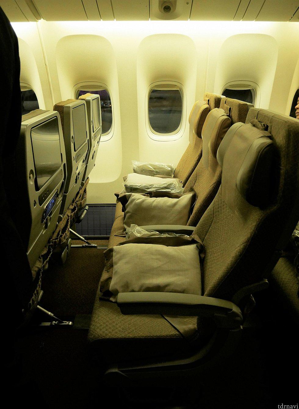 【往路】機体の席はこんな感じ。3-3-3の並びでした。