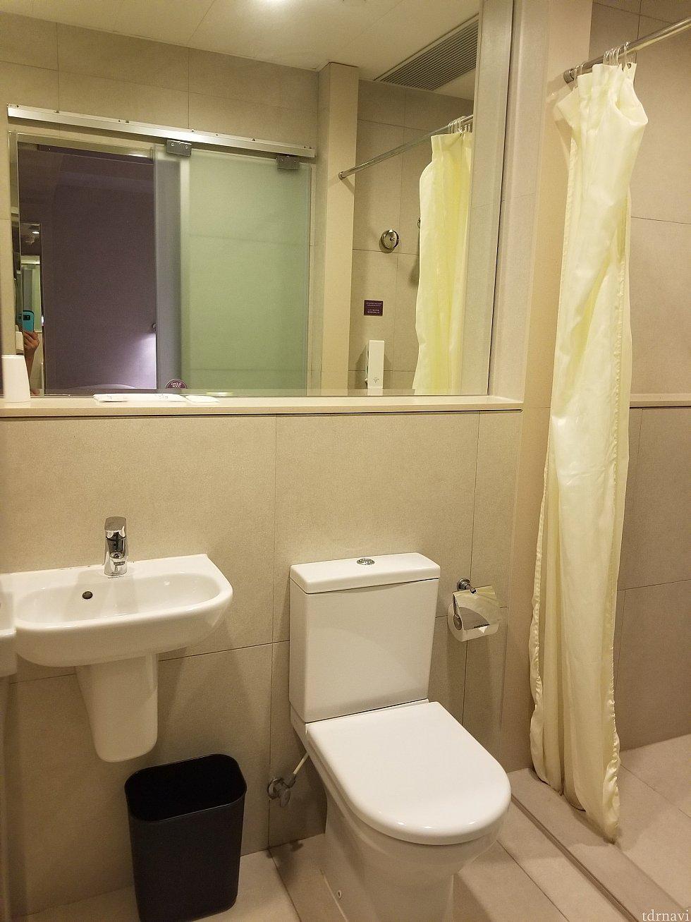 アメニティは歯ブラシ、シャワーキャップのみ バスタオル、ハンドタオルはあります。 シャワースペースと洗面所は段があるのでびしょびしょになる事はありません。