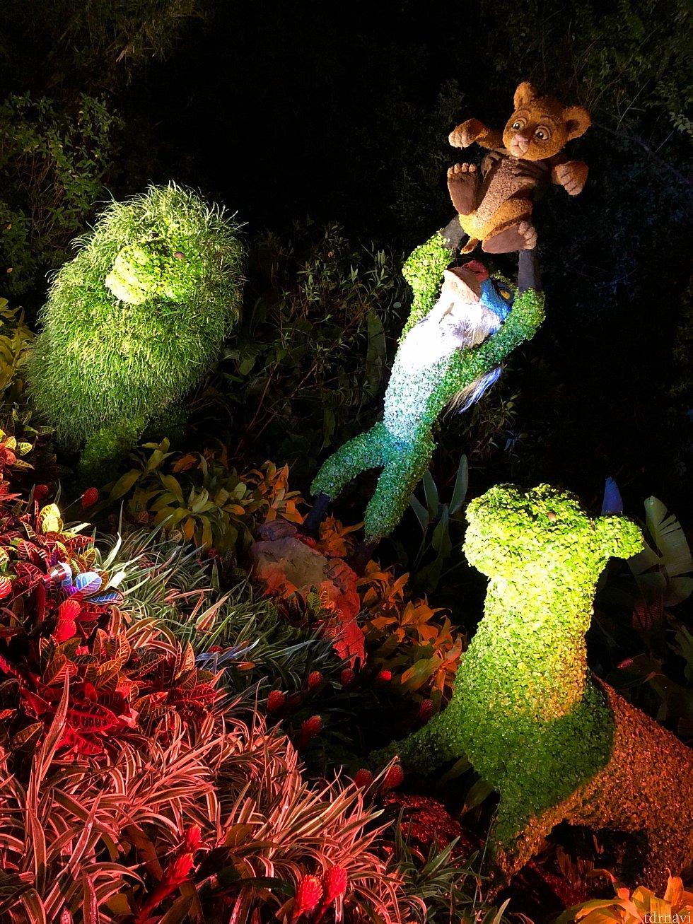 パークのあちこちにいる、ディズニーキャラクター達のトピアリーを鑑賞するのもこのフェスティバルの楽しみの一つです。