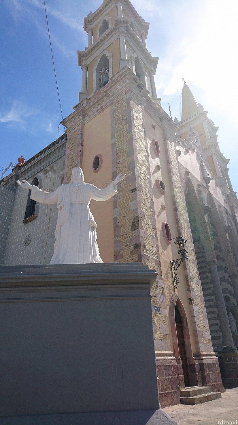 大きな教会です。 フラッシュを焚かなければ写真撮影OKです。