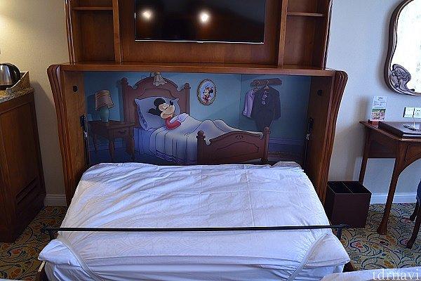 テレビの下には簡易ベッド