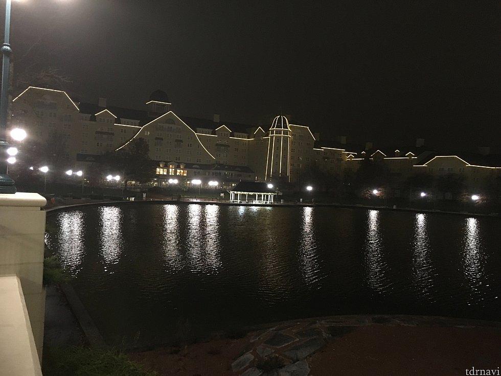 湖側よりホテル全景。電飾も落ち着いた感じです