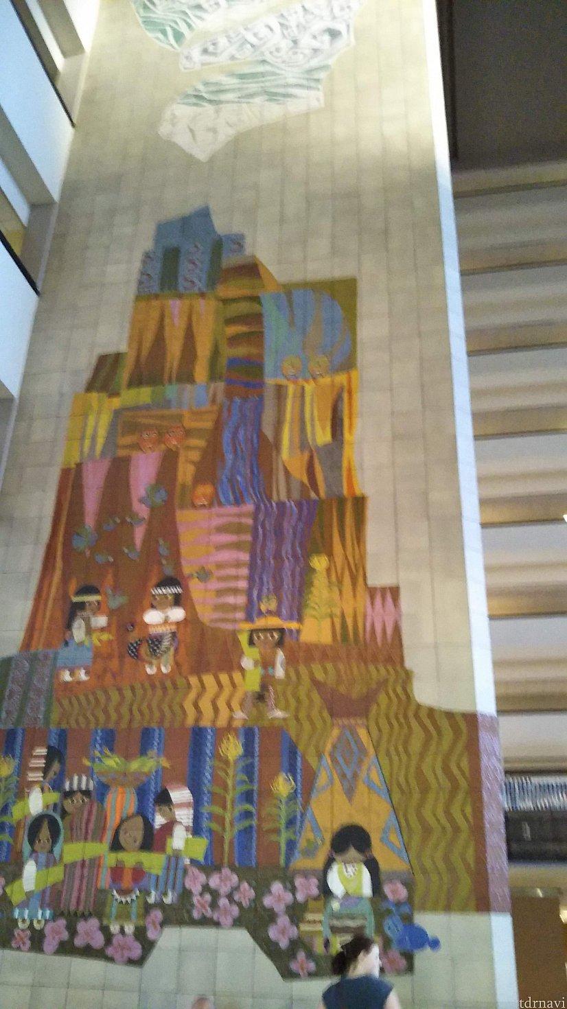 でも、そんなことはまだ知りませんので、大喜びで到着する私たち。 壁一面のスモワの壁画は素晴らしい。