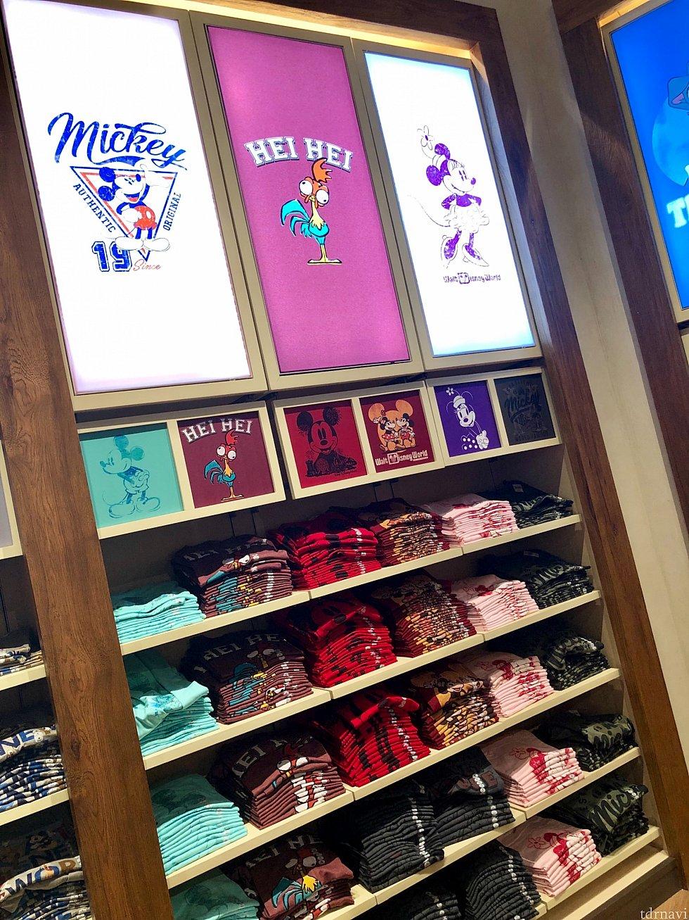すごい数のTシャツ売り場。クラシックミッキーから最近のディズニーキャラクターまで幅広いデザインです。
