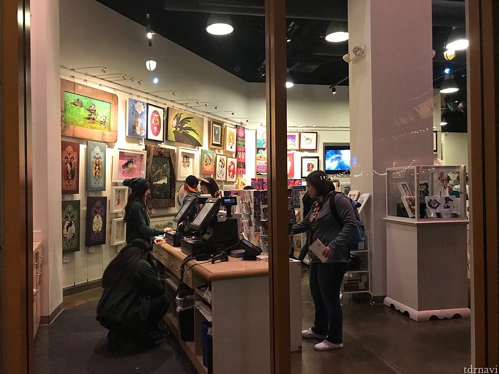 店内はたくさんのアートが販売されています。ナンバリングされたレプリカアートボードやポスター、ポストカードなど。