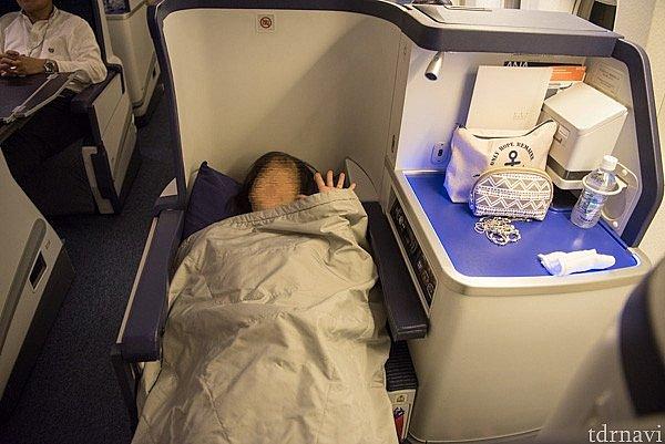 フルフラットにしたときのシートです。足を伸ばして、水平で寝られます。