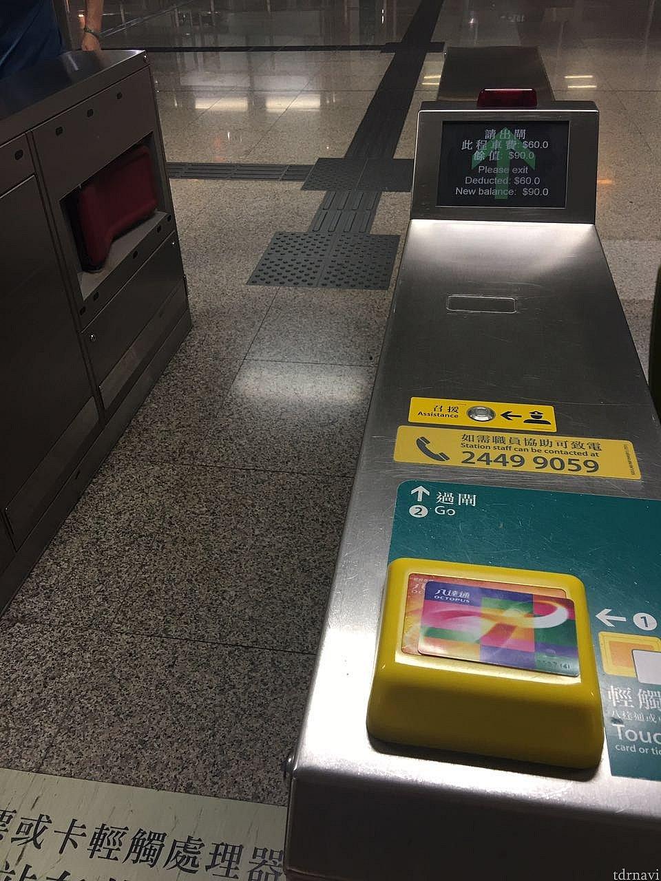 青衣駅に到着。さっそくオクトパスカードを使用して駅を出ます。右側にある黄色い部分にカードをかざすだけでOKです。