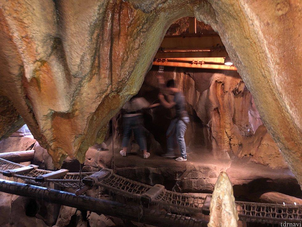 洞窟の向こう側では、命綱をつけた探検家たちが頑張ってます。