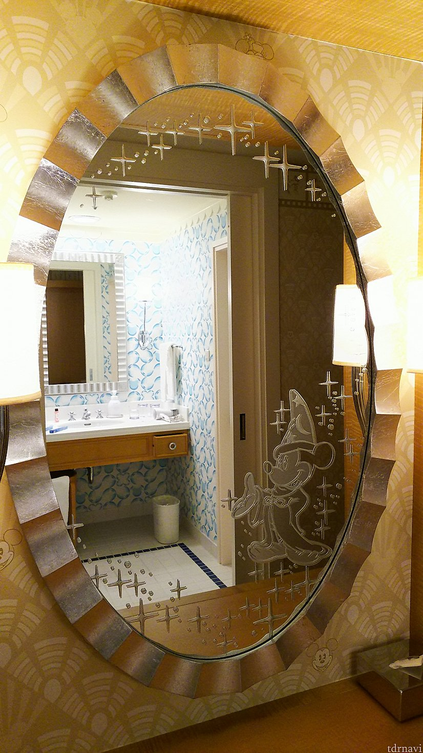 鏡にはファンタジアのミッキーがいます!