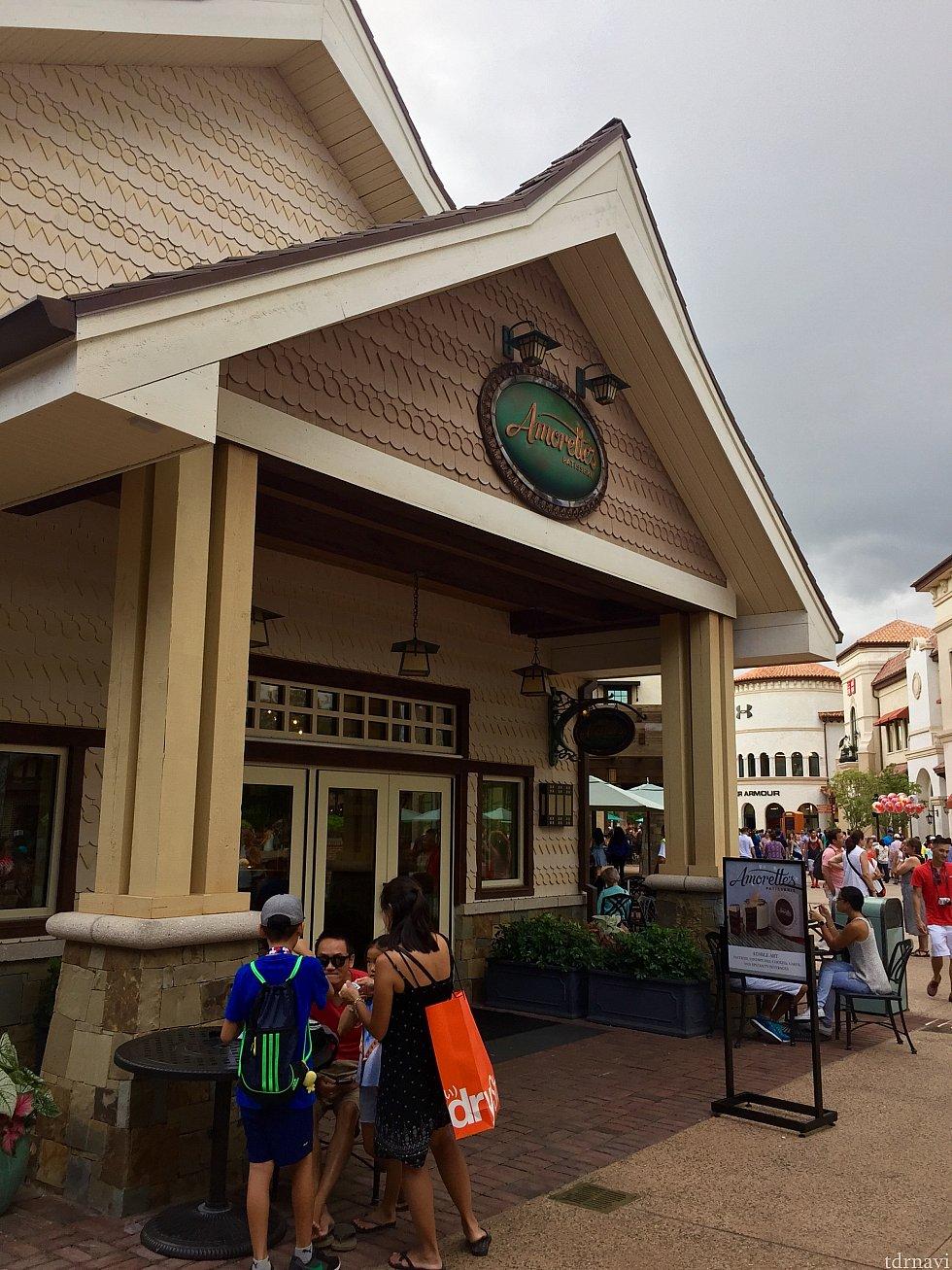 Amorette's Patisserie の入口は、世界最大のディズニーショップWorld of Disneyとリーバイスショップの間にあります。