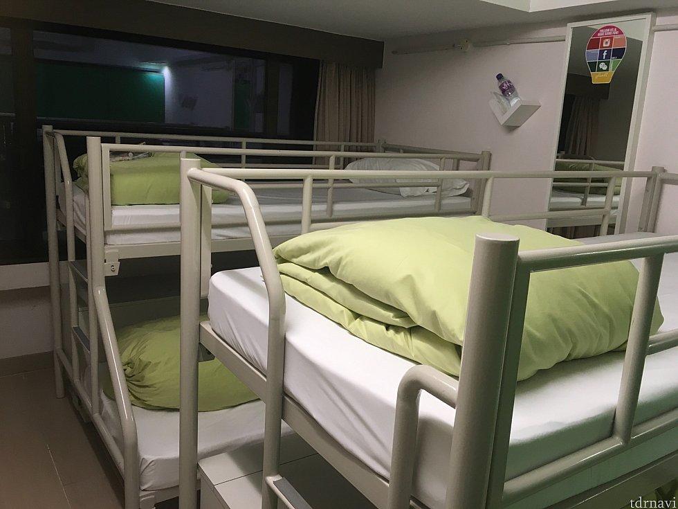 そして現在のユースホステルの8名ドミトリー。使いこなせるとだいぶ快適で、かつ香港の人たちの暮らしをより知ることができますよ。パークだけでなく香港の人たちの生活も知りたいと言う方はぜひぜひ