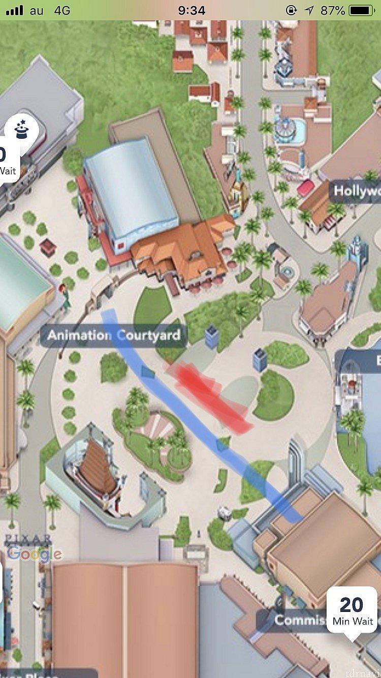 アニメーションコートヤードの門のあたりと一直線になるように通路が確保されます。(画像中の青の線) 大体の目安ですので当日ゲスコンさんがテープを貼った位置を参考に並んでください。