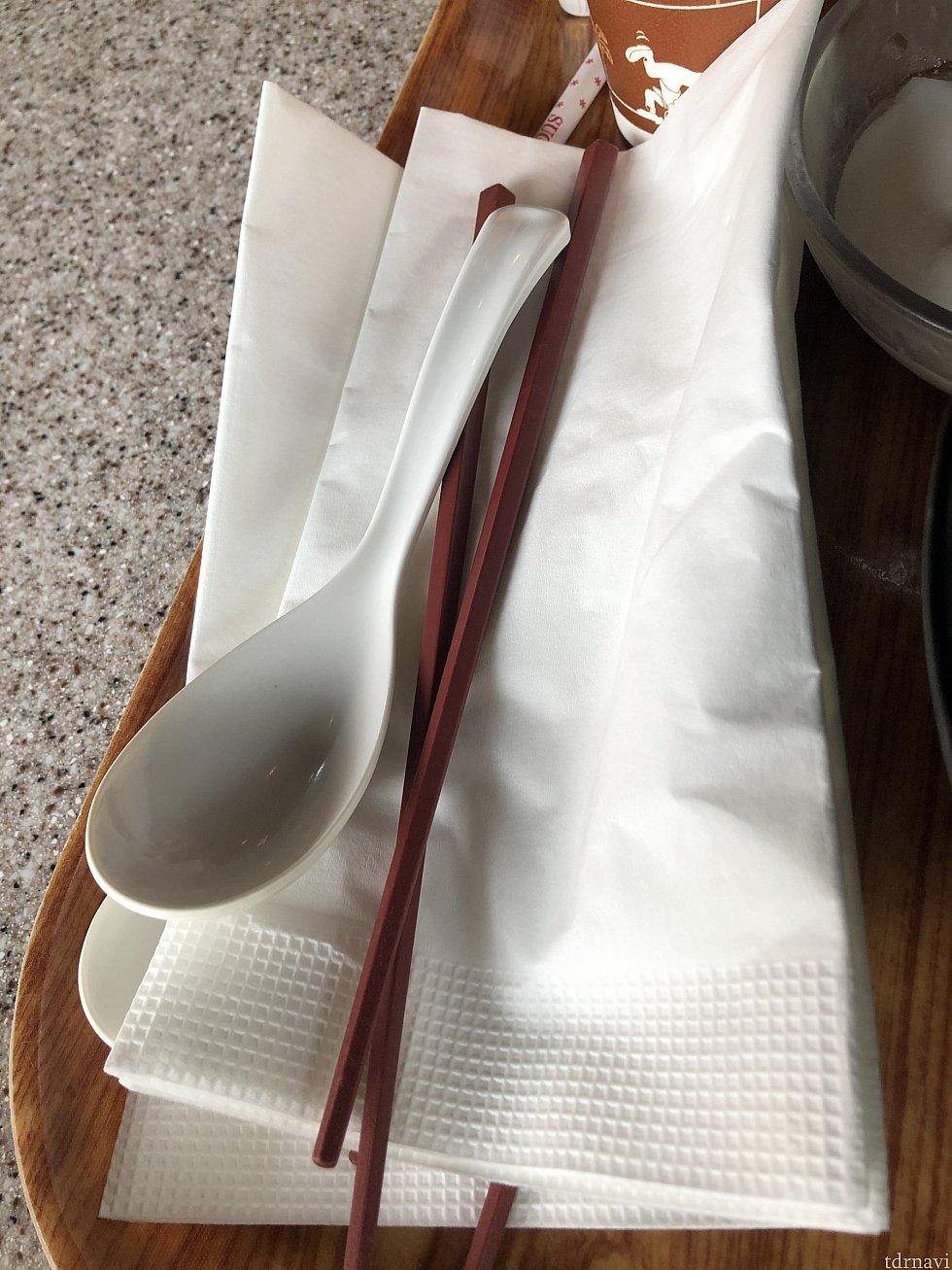 レンゲ、箸、紙ナプキンをセットで配ってくださりました